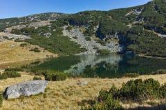 Ajardine com montes verdes e lago Yonchevo, Bulgária Foto de Stock Royalty Free