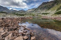 Ajardine com montes verdes e lagos Musalenski, montanha de Rila Fotografia de Stock Royalty Free