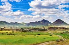 Ajardine com montes, vila, estrada e ponte Fotos de Stock Royalty Free