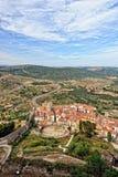 Ajardine com Mountain View da cidade velha Morella na Espanha. Foto de Stock