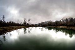 Ajardine com névoa enevoada da manhã em Forest Lake ou o lago bonito da floresta na manhã no tempo de inverno Natureza de Azerbai Imagens de Stock Royalty Free