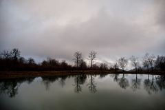 Ajardine com névoa enevoada da manhã em Forest Lake ou o lago bonito da floresta na manhã no tempo de inverno Natureza de Azerbai Fotos de Stock Royalty Free