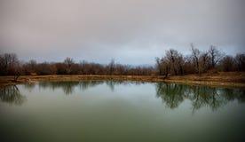 Ajardine com névoa enevoada da manhã em Forest Lake ou o lago bonito da floresta na manhã no tempo de inverno Natureza de Azerbai Foto de Stock Royalty Free