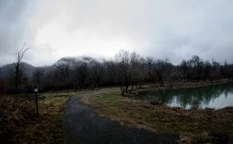 Ajardine com névoa enevoada da manhã em Forest Lake ou o lago bonito da floresta na manhã no tempo de inverno Natureza de Azerbai Fotografia de Stock Royalty Free