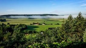 Ajardine com névoa, planícies e montanhas da manhã Imagens de Stock