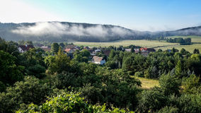 Ajardine com névoa, planícies e montanhas da manhã Imagem de Stock