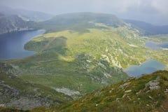 Ajardine com névoa sobre o rim, o gêmeo e os lagos Trefoil, os sete lagos Rila Imagens de Stock Royalty Free