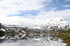 Ajardine com neve, lago da montanha e reflexão Fotografia de Stock