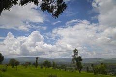 Ajardine com nuvens brancas e o céu azul, Wai Foto de Stock Royalty Free