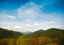 Ajardine com nuvens, montanhas e o céu azul. Imagens de Stock
