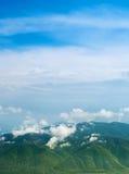 Ajardine com nuvens, montanhas e o céu azul. Carpathians, Ukra Fotos de Stock Royalty Free