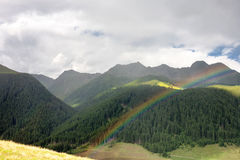 Ajardine com o arco-íris das montanhas das dolomites, Itália Imagens de Stock