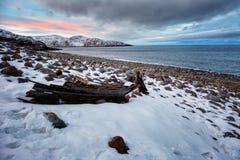Ajardine com o barco de madeira velho no por do sol, ártico Fotografia de Stock Royalty Free
