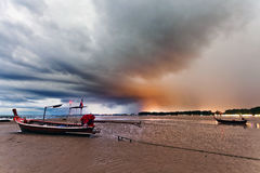 Ajardine com o barco tradicional tailandês sob o céu dramático Fotografia de Stock