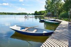 Ajardine com o cais de barcos de prazer no lago Valdai Imagens de Stock