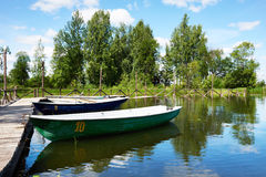 Ajardine com o cais de barcos de prazer no lago Valdai Foto de Stock