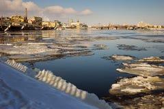 Ajardine com o gelo de derretimento no rio Dnieper Foto de Stock