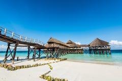 Ajardine com o hotel africano no mar no cais, Zanzibar Imagens de Stock