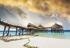 Ajardine com o hotel africano no mar no cais, Zanzibar Fotografia de Stock Royalty Free