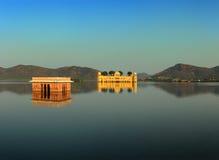Ajardine com o jal mahal no lago em Jaipur Imagem de Stock Royalty Free