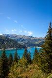 Ajardine com o lago azul da montanha nos cumes Fotos de Stock Royalty Free