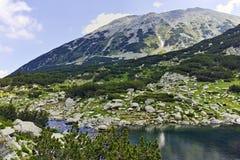Ajardine com o lago Banderitsa dos peixes e o pico de Todorka, montanha de Pirin Imagem de Stock Royalty Free