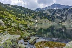 Ajardine com o lago Banderitsa dos peixes e pico chukar de Banderishki, montanha de Pirin Fotos de Stock