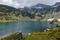 Ajardine com o lago Banderitsa dos peixes e pico chukar de Banderishki, montanha de Pirin Fotos de Stock Royalty Free