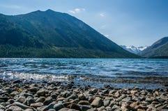 Ajardine com o lago da imagem e as montanhas em Altai Foto de Stock