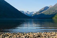 Ajardine com o lago da imagem e as montanhas em Altai Imagens de Stock