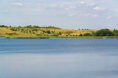 Ajardine com o lago em Rússia central no foco de August Front Imagens de Stock