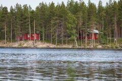 Ajardine com o lago no dia ensolarado, Finlandia Fotos de Stock