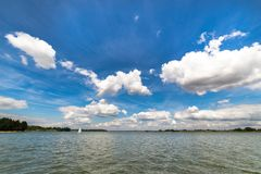 Ajardine com o lago no verão - céu azul Imagem de Stock