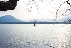 Ajardine com o lago, o barco, o pagode e as montanhas Fotografia de Stock Royalty Free