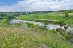 Ajardine com o lago pequeno perto da vila de Zeleny Gai perto da cidade de Dnipro, Ucrânia Imagens de Stock Royalty Free