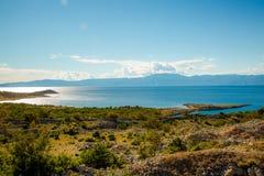 Ajardine com o mar, da costa Foto de Stock Royalty Free
