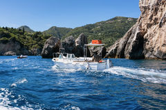 Ajardine com o mar dos azuis celestes e as rochas claros, Paleokastritsa, Corfu, Grécia Fotografia de Stock