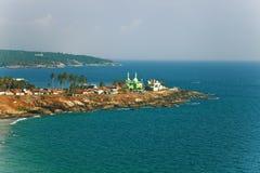 Ajardine com o mar e o templo muçulmano Imagens de Stock Royalty Free