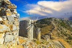 Ajardine com o moinho tradicional velho no vale da montanha com as nuvens incríveis e o sol do por do sol Crete, console grego Foto de Stock