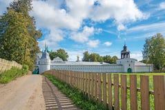Ajardine com o monastério ortodoxo bonito na região de Yaroslavl, Foto de Stock