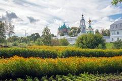 Ajardine com o monastério ortodoxo bonito na região de Yaroslavl, Fotografia de Stock