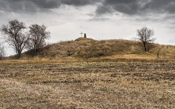 Ajardine com o monte de enterro antigo no campo agrícola em Ucrânia central Imagens de Stock Royalty Free