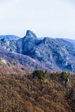 Ajardine com o parque nacional Buila de montanhas rochosas, Carpathians Foto de Stock