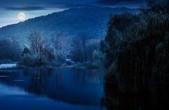 Ajardine com o rio calmo no outono na noite Fotos de Stock