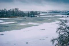 Ajardine com o rio congelado de Dnepr perto da cidade de Dnepropetrovsk, Ucrânia Fotografia de Stock