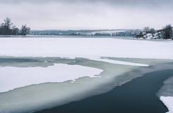 Ajardine com o rio congelado de Dnepr perto da cidade de Dnepropetrovsk, Ucrânia Imagens de Stock Royalty Free