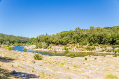 Ajardine com o rio das montanhas acima do Pont famoso du Gard, França Fotografia de Stock Royalty Free