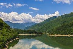 Ajardine com o rio de Olt em Romênia cercou pela floresta e pelo MOU Fotografia de Stock Royalty Free