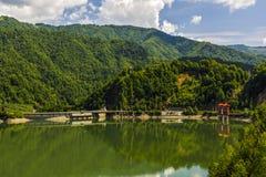 Ajardine com o rio de Olt em Romênia cercou pela floresta e pelo MOU Imagem de Stock Royalty Free