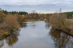 Ajardine com o rio de Psel perto da vila do ` de Byshkin no oblast de Sumskaya, Ucrânia Imagem de Stock Royalty Free
